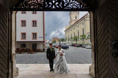 Hochzeitsreportage Brautpaar stürmischer Himmel kurz vor regen