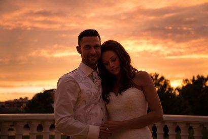 Hochzeitsreportage, romantisches hochzeitsbild im sonnenuntergang mit ehepaar von zammgfasst