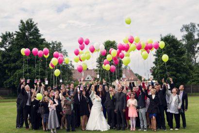 Hochzeitsgesellschaft luftballons gruppenportrait hochzeitsreportage fotograf augsburg