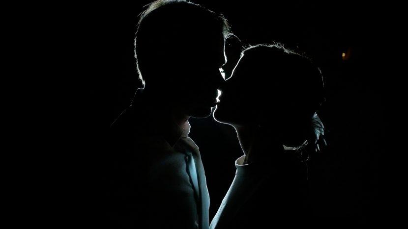 Hochzeitsvideo Abschlußszene Kuss im dunklen