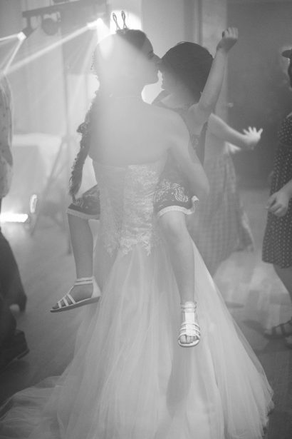Hochzeitsvideo Augsburg Braut Mit Blumenmädchen Hochzeitsfoto