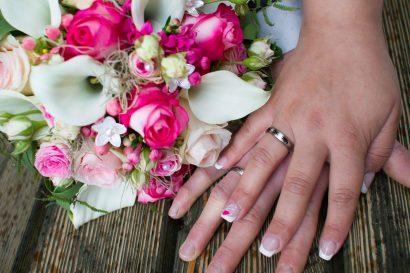 fotografie hochzeit Eheringe und Hände mit brautstrauß