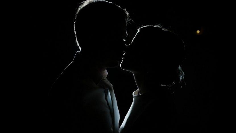 Szene aus Hochzeitsfilm von Zammgfasst Augsburg, romantischer Kuss des Brautpaares Screenshot