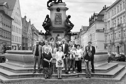 screenshot hochzeitsfilm gruppenportrait augsburg herkulesbrunnen