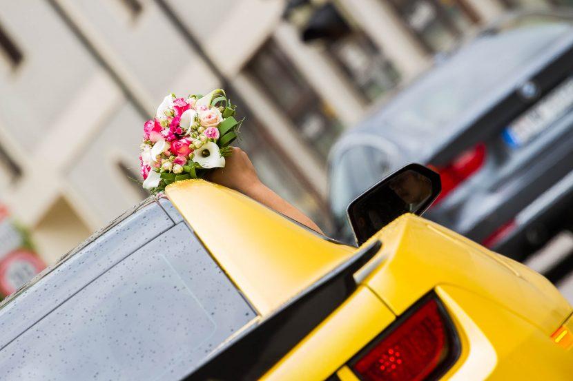 Hochzeitsbilder Hochzeitsauto mit Brautstrauß gelber Mustang Zammgfasst