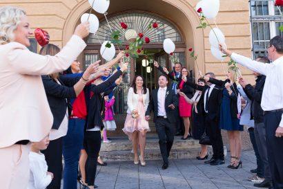 Hochzeitsfotos glückliches Ehepaar verlässt Standesamt Augsurg