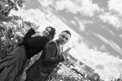 Fotograf hält Ehepaar vor Standesamt beim Hochzeitsshooting fest