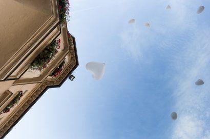 Hochzeitsfotografie Augsburg Luftballons steigen lassen vor dem Standesamt Zammgfasst