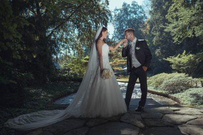 Professionelle Hochzeitsfotografie, Ehepaar Handkuss Botanischer Garten Augsburg, Zammgfasst fotografie, brautkleid, brautstrauß
