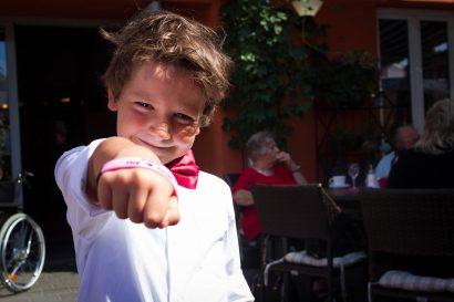 hochzeitsreportage kleiner junge hochzeitsoutfit glücklich