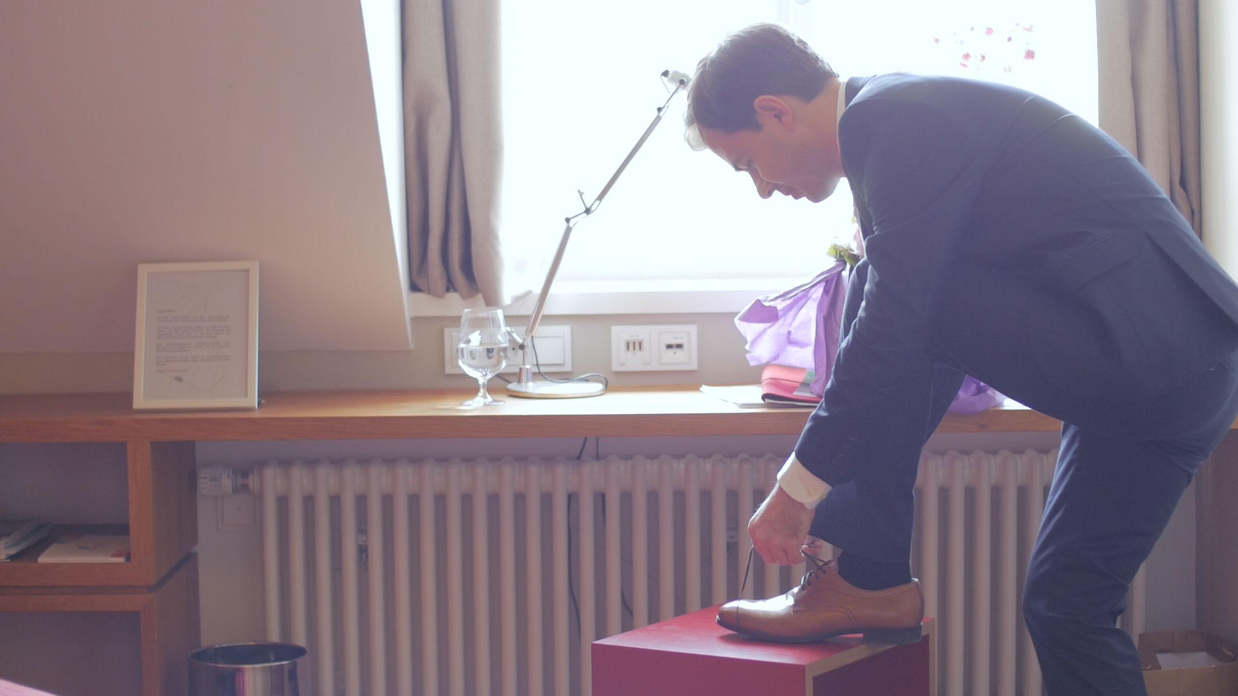 Hochzeitsvideo-trailer-Ehemann-schuhe-screenshot-zammgfasst-fotograf.jpg
