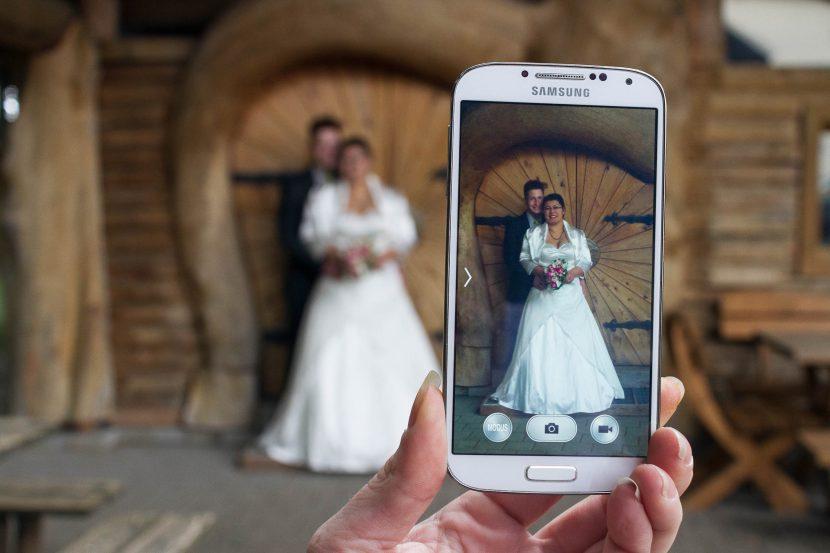 Kreatives rustikales Hochzeitsfoto Brautpaar vor augsburger holzhütte