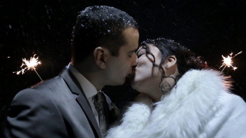 Hochzeitsfilm Screenshot frisch vermähltes Ehepaar romantischer Kuss nachts winter hochzeit zammgfasst