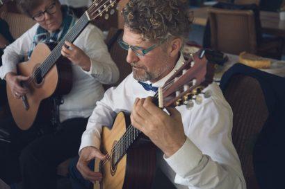Bräutigam spielt Gitarre Augsburg fotograf