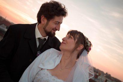 Hochzeitsfoto, Augsburger Brautpaar romantisch fotografiert im Sonnenuntergang