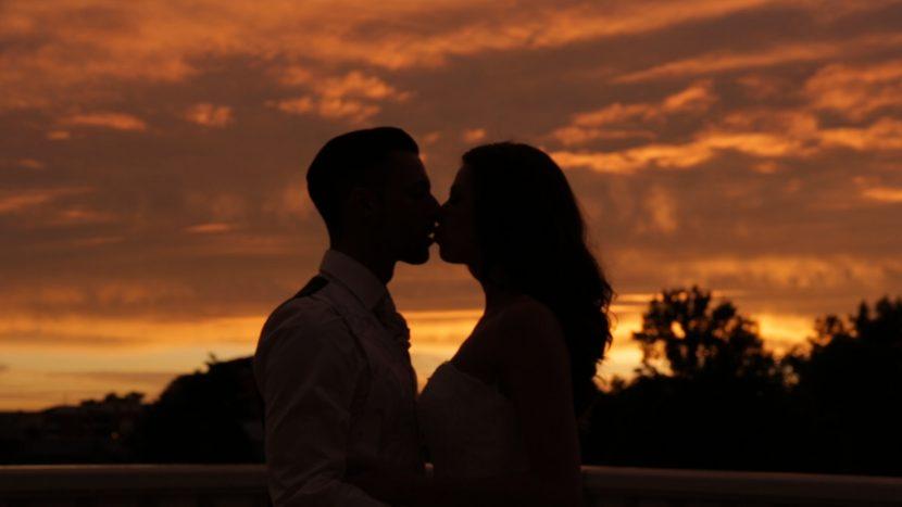 Hochzeitsfilm Screenshot frisch vermähltes Ehepaar Kuss Sonnenuntergang hochzeit zammgfasst