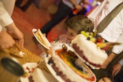 Hochzeitstorte und glückliches Kind
