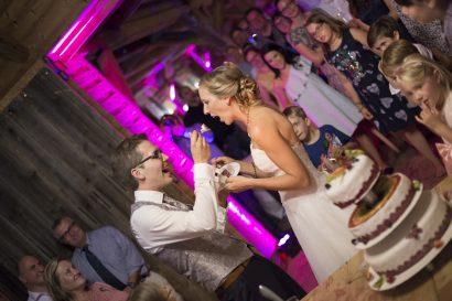 Anschneiden der Hochzeitstorte Zammgfasst