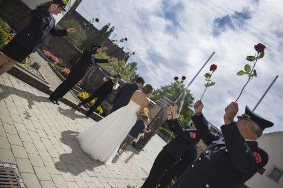Hochzeitsreportage Ehepaar verlässt Kirche