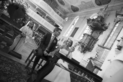 Ehepaar bei kirchlicher Trauung